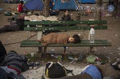 La serie 'Supervivientes en busca de refugio', de Olmo Calvo, ha ganado el premio Internacional de Fotograría Humanitaria Luis Valtueña, de Médicos del Mundo. El trabajo sigue los pasos del éxodo de personas sirias, iraquíes o afganas que huyen de la guerra. Su destino: los países del norte de Europa. En esta imagen, un niño duerme en un banco del parque Bristol de Belgrado (Serbia). En ese parque pasaban la noche cientos de refugiados antes de continuar su camino hacia Hungría…