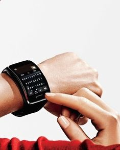 Tips For Choosing Smartwatch This smartwatch can REPLACE your phone. The watch is available in white, black, or ... Swarovski. Thats right, you can purchase a blinged-out version of the watch in which the band is covered with gold Swarovski crystals - If you want to buy a smartwatch and you do not know which one, you need to review well not only the prices, but also which one is right for you. To do this, we give you useful tips to make the best choice.