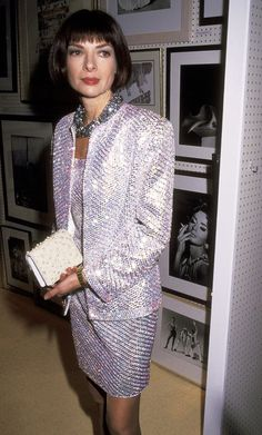 17 Throwback Anna Wintour Photos You Haven't Seen 90s Fashion, High Fashion, Womens Fashion, Fashion Weeks, London Fashion, Anna Wintour Style, Anna Wintour Young, Laura Bailey, Glitter Fashion