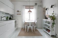 Kotoisa tunnelma puutalokodin keittiössä