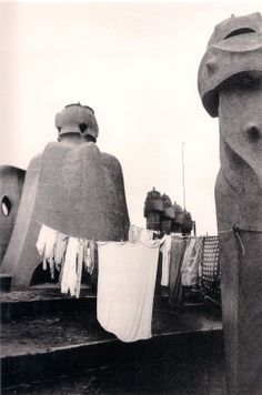1970 - Roba estesa a les terrasses de La Pedrera, 1970. Colita Black White Photos, Black And White, La Pedrera, Magnum Opus, Antoni Gaudi, Curious Cat, Nyc, Abstract Photography, Vintage Photos