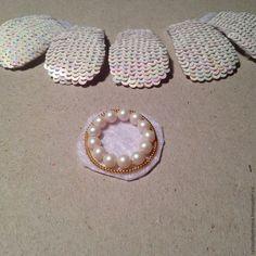 Предлагаю вашему вниманию мастер-класс по созданию универсального свадебного украшения браслета-колье. Для работы нам потребуется: 1. Кристаллы Swarovski, капли 18*13, 14*10, White opal. 2. Жемчуг Swarovski 1 шт. 12 мм, 7 шт. 10 мм, и 4 мм. Pearlescent White (#969). 3. Биконусы Swarovski Crystal Aurore Boreale (#001AB) и Crystal AB 2x (#001AB2). 4. Подвески Swarovski Xilion Mini Pear 8mm — Crystal AB. 5. Бусины Fire Polished 3 мм, жемчужный крем.