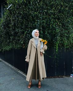 Spring Hijab Outfit Ideas With Trench Coat - The trench coat is super versatile, and counts as a must-have wardrobe item for hijabis. Hijab Chic, Casual Hijab Outfit, Muslim Fashion, Modest Fashion, Hijab Fashion, Fashion Outfits, Hijab Mode, Mode Simple, Mode Blog