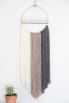 Newest Pictures Macrame Wall Hanging ombre Tips Macrame is back in fashion! If your style can be even a bit boho, a macrame wall hanging can be a mu Yarn Wall Art, Yarn Wall Hanging, Diy Wall Art, Diy Wall Decor, Wall Hangings, Boho Deco, Boho Chic, Bohemian Style, Shabby Chic