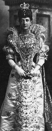 Queen Alexandra  In 1863, received from Queen Victoria this suite of Indian ornaments, comprising a collar, armlet and two bracelets, made from uncut emeralds, diamonds and pearls as a wedding present. The seven-row collar of pearl and emerald beads was hung with a multitude of pearl drops and diamond pendants, which were enameled on the back.