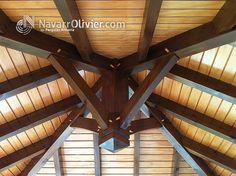 Cubierta de madera construida al estilo tradicional.  Detalle de pendolón central, interior de cubierta.  carpintería navarrolivier.com