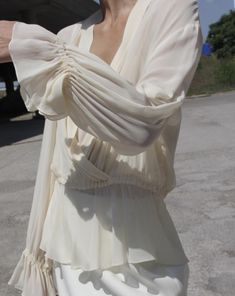 A cream white, silk chiffon blouse, inspired by the believe pirate shirts and peasant tops) Beige Outfit, Fashion 2018, 90s Fashion, Fashion Outfits, Honeymoon Outfits, Shades Of White, White Outfits, Minimal Fashion, Mode Style