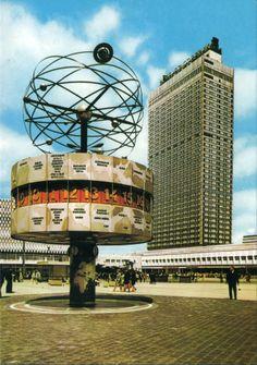 Alexanderplatz mit Urania-Weltzeituhr von Erich John, 1969