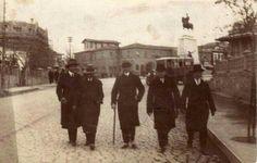 HAKİMİYETİ MİLLİYE'DEN AŞAĞIYA DOĞRU...VATAN'I KURTARMIŞLIĞIN VE GENÇ CUMHURİYETİN BÜYÜK GURURU İLE.....SAYGILARIMLA. .... Atatürk'ün daha önce yayınlanmamış tek sivil fotoğrafı:  Sağdan sola: İsmet Paşa, Cumhuriyet Gazetesinin sahibi Yunus Nadi, Atatürk, Recep Zühtü ve Lütfü Bey. Atatürk'ün bu fotoğrafı hiçbir yerde yayınlanmadı şimdiye kadar. Orjinali Eriş Ülger'in İsviçre'deki evinde. Fotoğraf bir akşam üzeri Ulus'tan İstasyona doğru yürürlerken Salih Bozok tarafından çekilmiş.