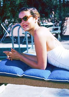 tippihedrens:  Gene Tierney lounges at a poolside in tortoiseshell frames, 1940.