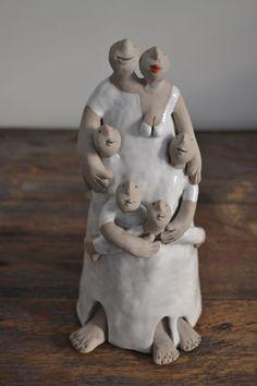 Kiki Demelinne - Beelden Paper Mache Sculpture, Sculptures Céramiques, Sculpture Art, Ceramic Clay, Ceramic Pottery, Pottery Art, Paper Clay, Clay Art, Family Sculpture