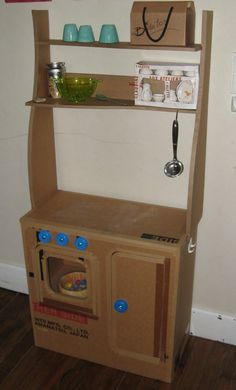 Upcycled Cardboard around a Siphon as Bathroom Fur - Kinderkuche Diy Pappe Cardboard Kitchen, Cardboard Play, Cardboard Crafts, Cardboard Houses, Kids Play Kitchen, Kitchen Sets, Kitchen Science, Toy Kitchen, Kitchen Decor
