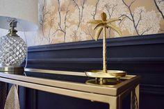 Craquez pour un salon Art déco ! Associez le jaune ocre à une peinture noire mate et ajoutez-y des matières chaleureuses telles que le velours et des touches de métal doré pour créer une décoration résolument tendance. Salon Art Deco, Decoration, Living Room Yellow, Home Improvement, Decorating Tips, Wallpaper, Velvet, Art Deco, Decor