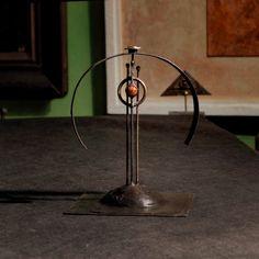Detektor mentální energie Art Deko Detektor mentální energie Art Deko - kinetic art je vyroben z pocínovaného plechu, mosazi a achátu. Funguje na starém známém principu těžiště a hrotu. Proč detektor mentální energie? Pokud se podíváte na vedlejší fotografie, tak zde můžete vidět Alenku, moji ženu, při práci s detektorem. Návod k použití: 1. Pohodlně se usadíte, ...