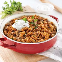 Boeuf Stroganoff tout-en-un - 5 ingredients 15 minutes Poutine Recipe, One Pan Pasta, Confort Food, European Cuisine, Ground Meat, Beef Recipes, Pasta Salad, Great Recipes, Food And Drink