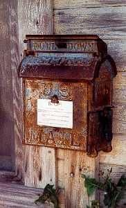 ❥ old rusted post box
