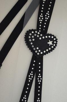 Черни- Х образни презрамки за сутиен декорирани с малки бели камъчета и красиво сърце. Презрамките са тънки и коригиращи. Бъдете различни и...