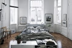 How to deal with big bedrooms? Sometimes decorating a huge room can be a challenge and big bedrooms are for sure a challenge for every interior designer or decoration lover. Balance is everything Scandi Bedroom, Home Bedroom, Bedroom Decor, Bedroom Inspo, Dream Bedroom, Modern Bedroom, Light Bedroom, Calm Bedroom, Casual Bedroom