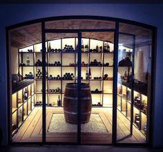 Parcourez les images de Cave à vin de style de style Moderne de Cave A Vin. Inspirez-vous des plus belles photos pour créer votre maison de rêve.