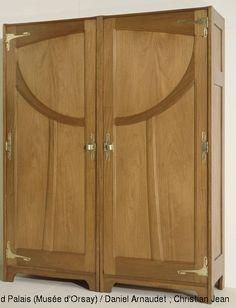 Gustave Serrurier-Bovy (1858-1910) Mobilier de chambre à coucher : armoire en deux éléments 1899 Acajou ciré, laiton, panneaux de soie originaux brodés et peints au pochoir, avec broderies d'application