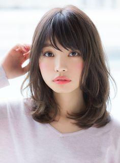 大人の女性に人気な肩ラインのレイヤーパーマスタイルです。顔周りが軽くなっていて動きも出やすく、明るい印象なスタイルです。毛先のパーマスタイルはスタイリングも簡単で朝の時間がない方でも簡単にスタイルング出来ちゃいます。パーマで毛先の動きがついているのでアレンジしてもオシャレに見えやすいです。透明感のあるヘアカラーはオススメなフォギーベージュで柔らかさと透明感を出していきます。来店の際にカウンセリングさせて頂きこちらからいろいろご提案させて頂きます。長さをもう少し短くして、大人のボブヘアに仕上げても素敵です。30代40代の大人の女性にピッタリなパーマスタイルです。