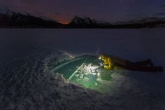 》A bubble rises from a frozen lake in Alberta, Canada.《