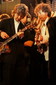George Harrison and Bob Dylan perform at the 1988 Rock and Roll Hall of Fame Induction ceremony in New York City. Three decades worth of classsic jams, speeches and reunions George Harrison, Rock Roll, Bob Dylan, Good Music, My Music, Travelling Wilburys, Blues, Les Beatles, Idole
