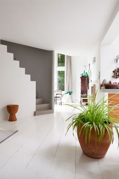 Love the stairs! Former nursery school in Haarlem, the Netherlands, now a lovely bright home. Interior Design Advice, Wood Interior Design, Interior And Exterior, Interior Decorating, Wooden Staircases, Stairways, Living Room Goals, Weekend House, Inside Home