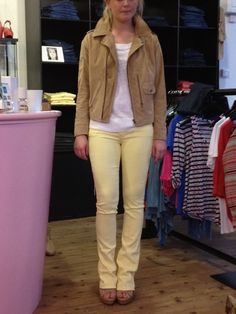 Amber is wearing the MiH Jeans Pistol suede biker jacket with a white cashmere top from Duffy, Mother Denim The Runaway skinny flared jeans in Lemon Meringue and Cindy Bis Nocciola heels from Ash