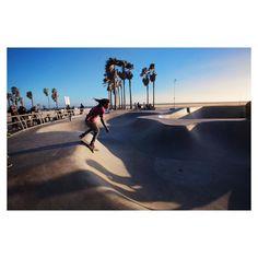 Promenade de fin de journée sur Venice Beach après avoir découvert les mythiques Beverly Hills Santa Monica et autre Malibu... Une journée sublime à vivre comme si j'étais dans mon écran de télé c'est tellement perturbant  le coucher de soleil était magnifique malgré la tempête de sable qui nous giflait la peau !  #venicebeach #skateplaza #pshiiitinusa by pshiiit_polish