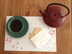 Papel kaishi japonés: es una clase de papel  cuyo uso originario lo encontramos en la ceremonia del te.  Se lleva en la parte delantera del kimono, a la altura del pecho(doblado). Su uso durante al ceremonia del te es para posar los dulces que acompañan al té, pero también es utilizado a modo de servilleta para limpiarse los dedos. Actualmente se sigue utilizando en la ceremonia del te, pero también para escribir, así como para presentar los dulces, hacer reposapalillos….