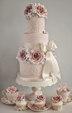 5 Helpful Suggestions for Planning Your Vintage Wedding - Wedding Cake. http://simpleweddingstuff.blogspot.com/2014/11/5-helpful-suggestions-for-planning-your.html