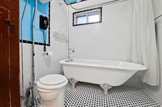 On sort de l'ordinaire aujourd'hui avec une #salledebain antique! Trouvez vous le style original? #rénovation Clawfoot Bathtub, Bathroom, Hui, Inspiration, Style, Funky Bathroom, Bathroom Modern, Small Wooden Shelf, Washroom