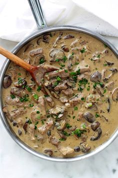 Beef stroganoff, quick and easy recipe - Recettes de cuisine - Dinner Recipes Boeuf Stroganoff Rezept, Sauce Stroganoff, Beef Recipes, Cooking Recipes, Russian Dishes, Food Trends, Quick Easy Meals, Clean Eating Snacks, Dinner Recipes
