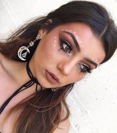 hippie makeup 590675307362286551 - Apply a metallic naked eye shadow that's close to your skin color from crease line to brow. This copper is Make Up for Ever Star Lit Powder Glow … Source by sandford_annemarie Hippie Makeup, Boho Makeup, Rave Makeup, Makeup Art, Beauty Makeup, Hair Beauty, Gypsy Makeup, Beauty Tips, Exotic Makeup