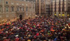Les imatges més espectaculars de la concentració de la plaça de Sant Jaume - VilaWeb. Diari Electrònic Independent