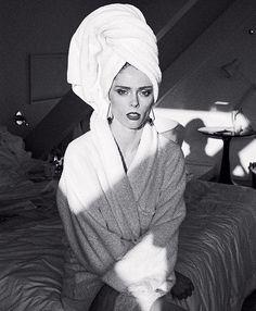 """""""Quando você acorda e a Vogue Brasil está no seu quarto"""" escreveu @cocorocha ao dividir um dos cliques do ensaio que estrela para a seção #Fashionista da edição de outubro da #VogueBrasil. Fotografada por @gil_inoue no @hotelemiliano em São Paulo durante sua passagem para o desfile da @lelisblanc em julho passado a top comentou sobre os planos de vida e carreira e como seu estilo evoluiu nos 15 anos de profissão em entrevista a @renatagarciac. O styling do shooting que acompanha a matéria é…"""