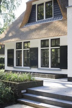 modern meets traditional with thatched roof. Exterior Design, Interior And Exterior, Dutch House, Dormer Windows, Charming House, Villa, Mansions Homes, Forest House, Facade House
