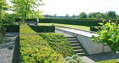 http://www.tuindesign-ten-horn.nl Tuinarchitect - tuinontwerp. Strakke grote moderne achtertuin met grote vijver, gazon, hagen en hoogteverschillen. Onderhoudsvriendelijk tuinontwerp in Limburg.
