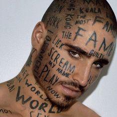 """Si chiama Vin Lis il modello 24enne che si è ricoperto il volto e il corpo palestrato di tatuaggi a caso. Parole indelebili che non sono legate a ricordi o a emozioni, ma semplicemente casuali, """"marchiate"""" sulla pelle solo per spiazzare la gente. Tatuaggi intenzionalmente brut"""