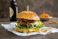 Rezept für einen Burger mit scharfer Chilli-Mayonnaise, Romanasalat, Cheddar, karamellisierten Zwiebeln, Süßkartoffellocken im Brioche-Bun.