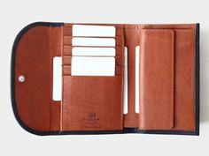 素材:ホースハイド(馬革) 色 :BLACK(ブラック)/TAN(タン)  ステッチ:TONAL STITCH(同色)  サイズ:CLOSE 14cm×9.5cm  OPEN  14cm×25cm 札入れ:1 小銭入れ:1 カード入れ:5 ポケット:3 Handmade in England