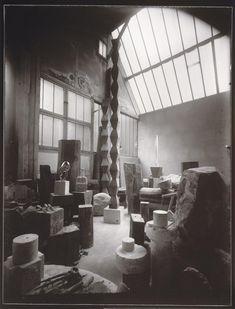 Brancusi studio, Le Baiser, the Kiss (1923-1925), La Colonne sans fin, detruite ulterieurement, La Colonne sans fin I (v. 1925), L'Oiseau dans l'espace, marbre blanc (1925)