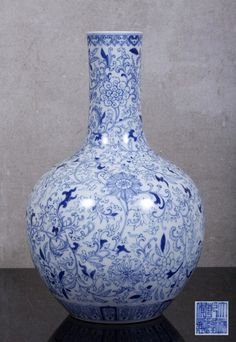 BULGING VASE  in Chinese porcelain, 19th Century, blue and white decoration with vegetal motifs. Marked. Dim: 32.5 cm.