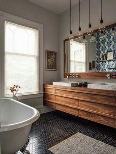 Carrelage losange au sol + les jolies ampoules + le grand miroir en bois