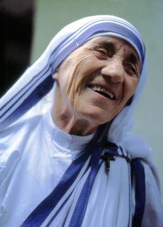 MUTTER TERESA bürgerlich Anjezë (Agnes) Gonxha Bojaxhiu (*26. August 1910 in Üsküb, Osmanisches Reich (heute Skopje, Mazedonien); † 5. September 1997 in Kalkutta, Indien) war eine Ordensschwester und Missionarin albanischer Herkunft, die die indische Staatsbürgerschaft besaß. Weltweit bekannt wurde sie durch ihren Dienst und ihre Hilfe zu Gunsten von Armen, Obdachlosen, Kranken und Sterbenden, für den sie 1979 den Friedensnobelpreis erhielt. In der katholischen Kirche wird Mutter Teresa als…