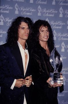 Steven Tyler and Joe Perry at the People's Choice Awards love this picture of them 💜💜💜💋💋 Steven Tylor, Liv Tyler 90s, Steven Tyler Aerosmith, Creedence Clearwater Revival, Joe Perry, Good Music, Amazing Music, Music Photo, Kate Winslet