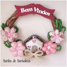 Guirlanda Casinha Felt Crafts, Fabric Crafts, Diy And Crafts, Fabric Flower Tutorial, Fabric Flowers, Diy Garland, Diy Wreath, Christmas Wreaths, Christmas Decorations
