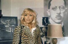 "Mireille Darc - ""Le grand blond avec une chaussure noire"" (1972) - Costume designer : Guy Laroche Guy Laroche, Yves Robert, Blond, Classic Style, Classic Fashion, Style Icons, Costumes, Stars, Paradis"