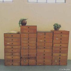 Meuble d'horloger composé de 41 caissons de 1 à 3 tiroirs. Petit bouton en bakélite bordeaux sur chaque tiroir. Porte étiquette sur la plupart des tiroirs. Les caissons peuvent être modulés à votre guise de 1 à plusieurs colonnes. Il existe 4 plateaux noirs pour finir les colonnes en hauteur. Dimension d'un tiroir : 41,5 x 33 - hauteurs différentes. En bois de hêtre. Date des années 1950.